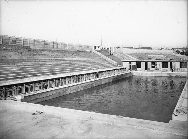 La piscine d'été de Cusset en travaux. Prise de vue entre 1930 et 1935. (©BML/Fonds Sylvestre)